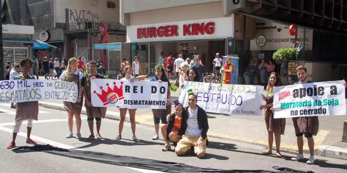 Engajamundo realiza ação para denunciar a ligação do Burger King com o desmatamento do Cerrado