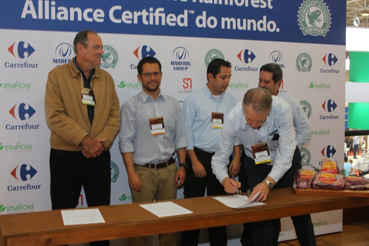 maflora prestigia assinatura da parceria entre Carrefour e Marfrig para comercialização da primeira linha de carnes no mundo com o selo Rainforest Alliance Certified